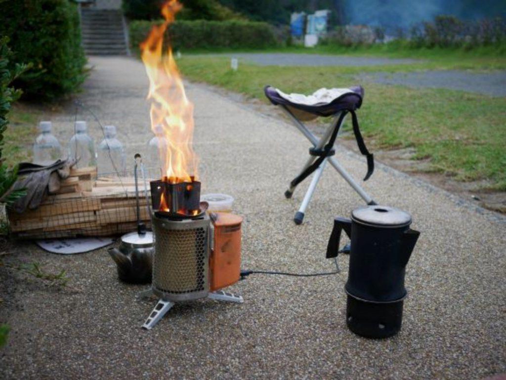 熱を電気に変えてファンを回し、効率の良い焚火をするストーブ